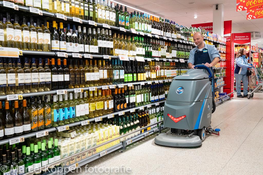 ICE-International, Hoogvliet supermarkt Alphen aand de Rijn. Rubin van der Tas met de ICE schrobborstelmacine aan het werk op de drankafdeling